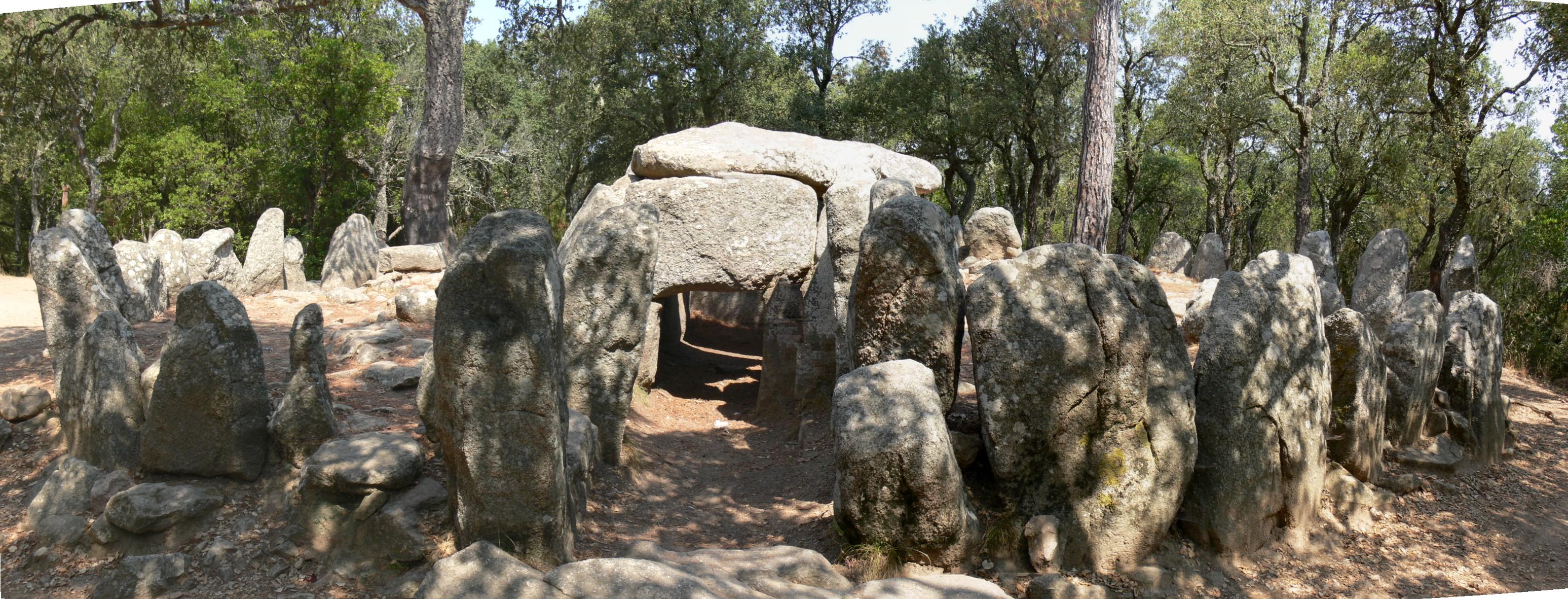 El dolment de la Cova d'en Daina és el més important de les Gavarres. Declarat com a Bé Cultural d'Interès Nacional, és un bon exemplar de dolment de galeria catalana. La imatge és una vista frontal del monument megalític, on es veu l'entrada, el corredor d'accés i la cambra funerària al fons. Tot encerclat pel cromlech, el cinturó de pedres que aguantava el túmul de terra amb què es cobria l'estructura. Ens hem d'imaginar que el que veiem avui dia és l'esquelet de pedra qua anava enterrat i el que es veia era una petita muntanyeta. Tot el  conjunt fa deu metres de diàmetre.