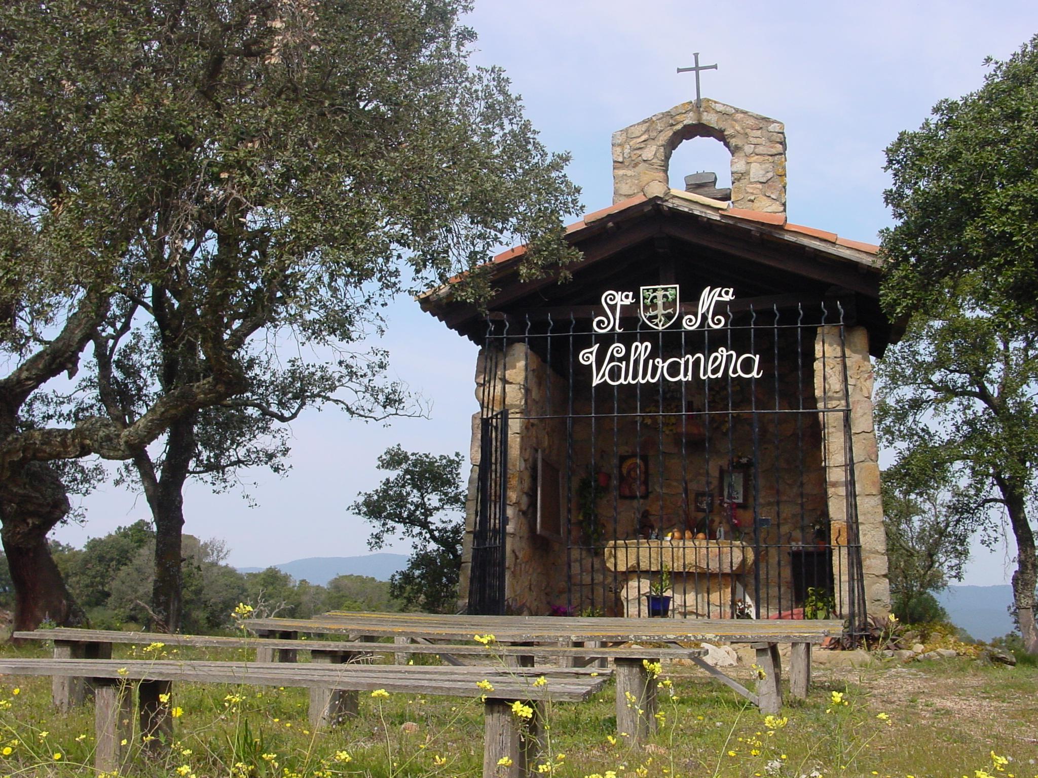 La nova capella de Santa Maria de Vallvanera es construí al 1966 per substituir la vella que s'havia convertit en part d'un habitatge privat. La nova és una petita construcció de pedra amb la imatge de la verge, a la part frontal de la capella hi ha una reixa de ferro amb el nom del lloc. A la part de darrera del teulat s'hi ha construit un petit campanar d'espadanya amb una campana. L'entorn és natural com ho demostra la imatge amb les alzines sureres envoltant la capella i el prat del davant.
