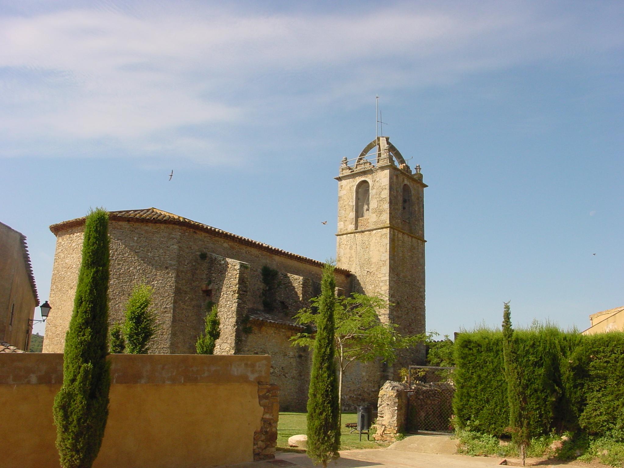 L'edifici actual de Sant Fruitós és del segle XVIII, es va construir sobre l'antiga església romànica. El temple es troba dins del nucli urbà de Llofriu, si ve disposa d'una zona verda al seu voltant. La imatge ens mostra l'espai enjardinat i una visió de l'exterior de l'església des de darrera. Amb l'absis poligonal i la torre del campanar de planta quadrada i coronat amb arcs.
