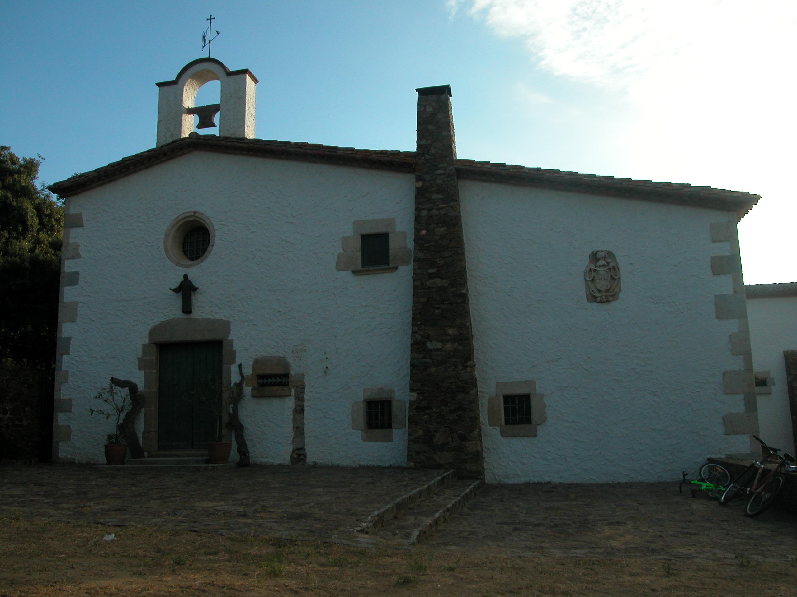 Santa Maria de Bell-lloc consta d'una façana encalada on hi destaquen les obertures. La porta, quatre finestres i el rosetó adovellats. A sobre la taulada i destaca el campanar i una xemeneia. Això és perquè l'ermita s'hi annexà a la casa de l'ermità. El temple d'una sola nau es va construir pels volts del segle XIII, però al 1758 s'hi fa la restauració que li dóna l'aspecte actual. És un lloc de gran devoció per la gent de Palamós i entorns.