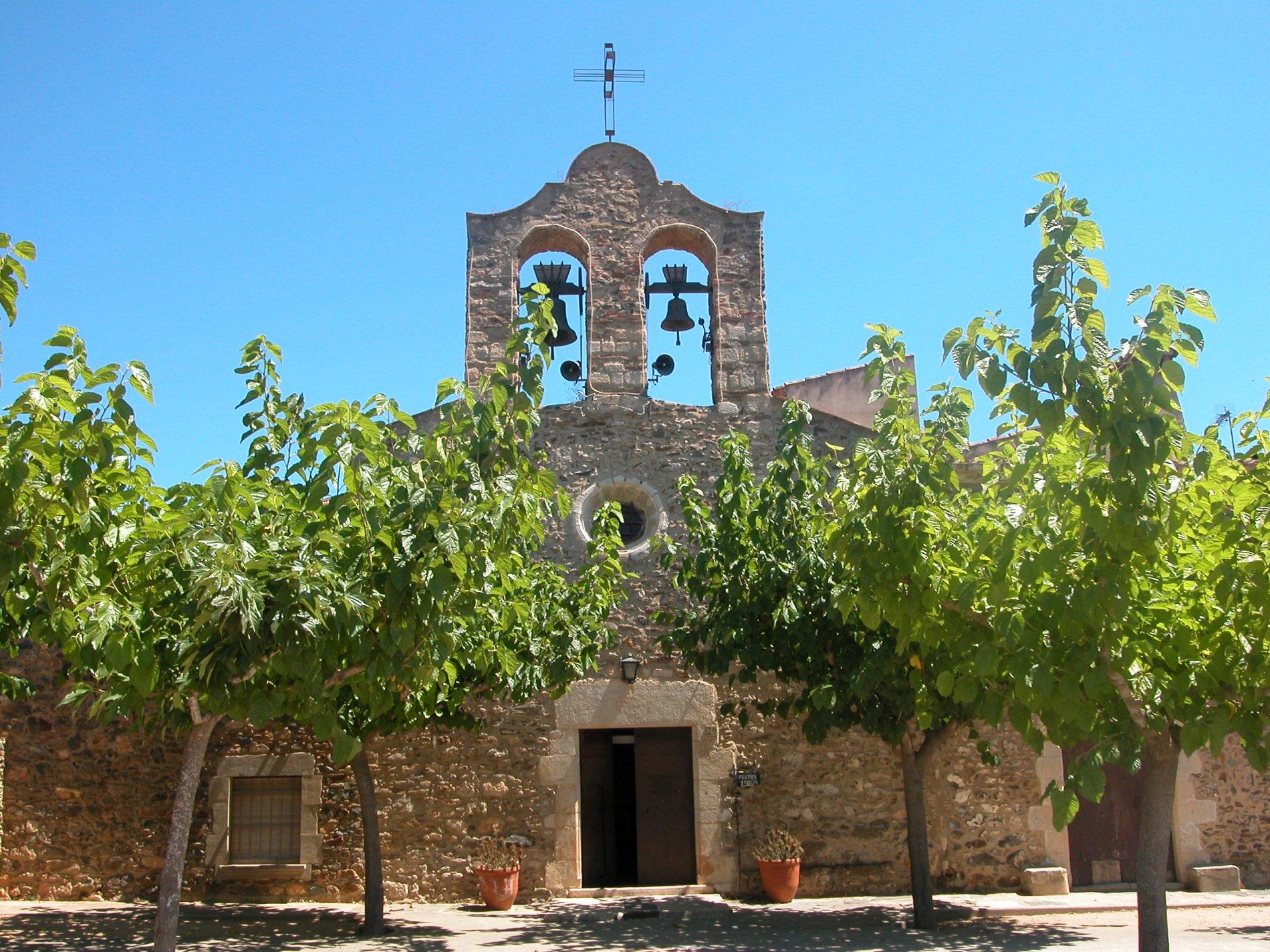 Sant Mateu Nou consta d'una porta principal adovellada i amb un rosetó a la part superior. Coronant la façana principal trobem el campanar d'espadanya. La imatge ens mostra a més, l'agradable placeta de davant amb moreres que hi fan ombra.