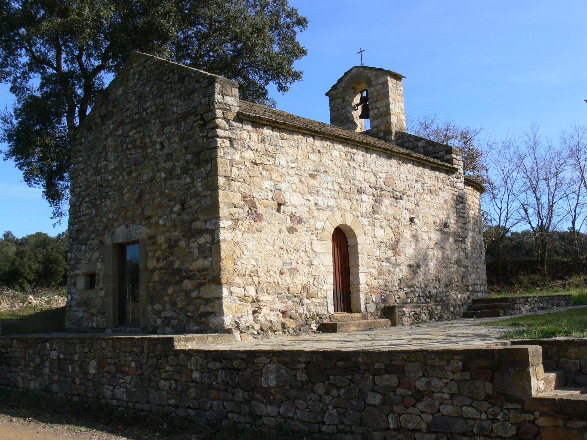 La petita ermita de Sant Joan de Salelles és d'època romànica i a la fotografia s'observa la seva façana principal i la lateral. Les dues consten de portes adovellades, la lateral dibuixa un arc de mig punt i la principal és rectangular. A sobre de l'arc triomfal es va construir el campanar d'espanya.