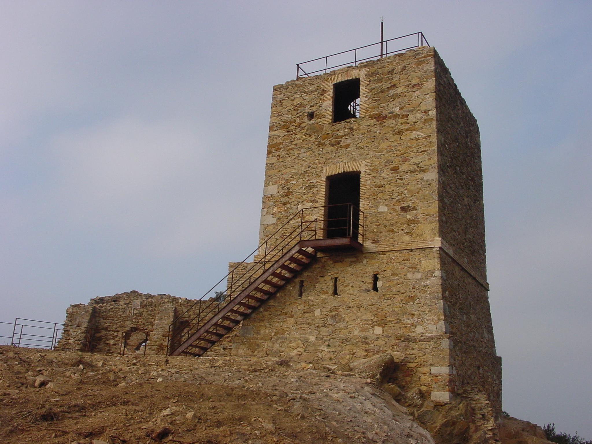 La imatge mostra la torre de telegrafia òptica que es va construir durant la segona guerra carlina. La torre està fortificada (espitlleres) i compta amb un fosat. El conjunt compta també amb l'església de Santa Maria i Sant Miquel, la qual està en ruïnes.
