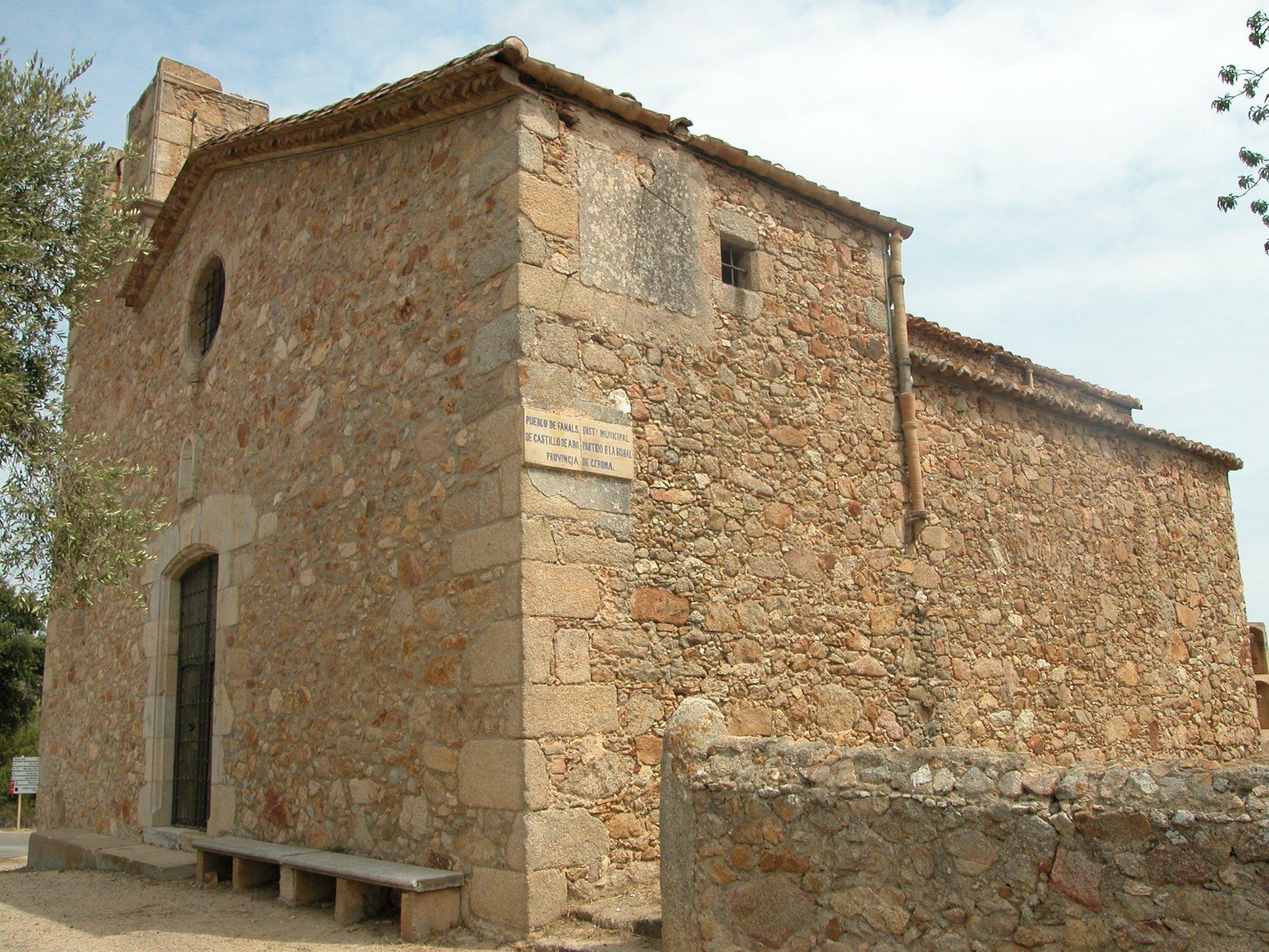 Santa Maria de Fenals d'Aro té dues edificacions, l'antiga a les Gavarres i la nova a les afores de Platja d'Aro. La imatge és d'aquesta última edificació construïda en època barroca. A la imatge es veu la façana amb la porta adovellada, el rosetó i el campanar inacabat. També es veu al lateral de l'edifici un rellotge de sol i l'inscripció