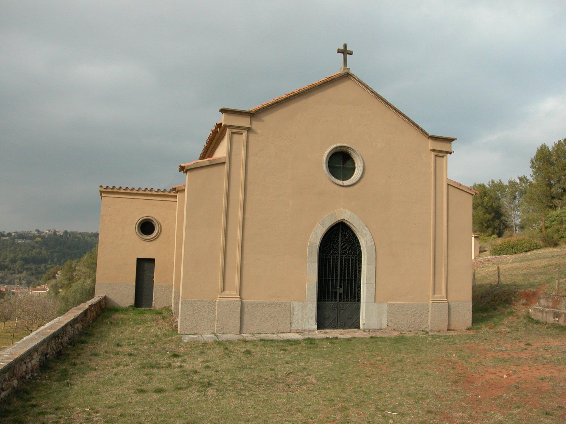La imatge mostra la capella del Calvari, final del via crucis que puja per la muntanya.  A l'edifici pintat amb tons rosats en destaca l'entrada en forma d'arc apuntat i el rosetó superior. Al mig de la teulada hi ha una creu.