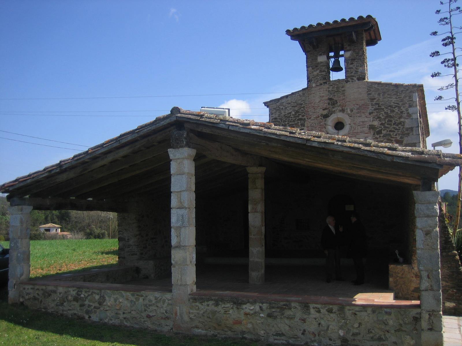 A l'ermita d'Erols en destaca el pòrtic que fa 90 m2. Els orígens de l'església son del segle XII, es va restaurar en diverses ocasions, l'última al 1979 que li donà l'aspecte actual. En la fotografia en destaca el porxo i darrera seu sobresut la façana de l'ermita amb la rosassa i el campanar de cadireta.