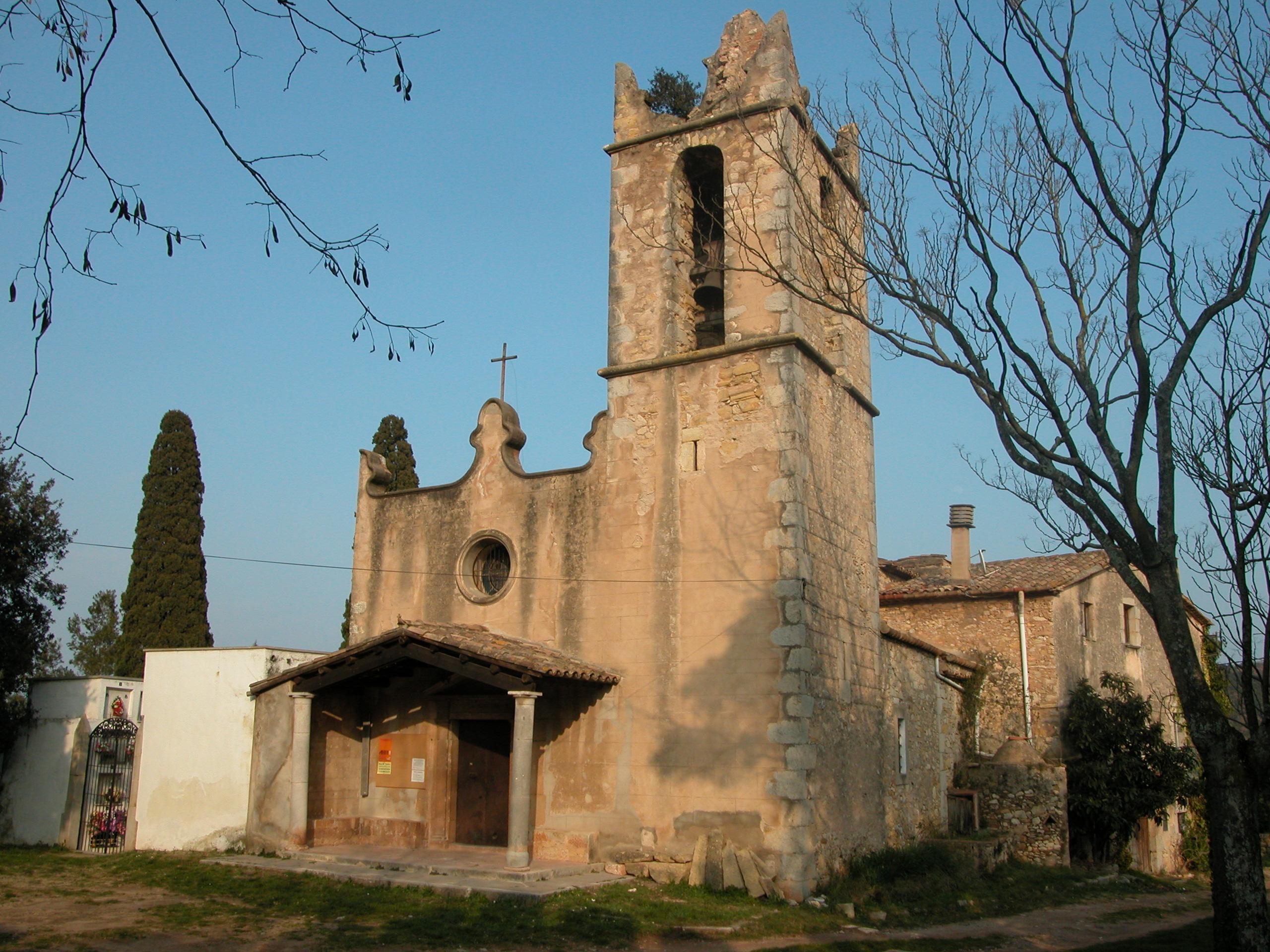 És una església amb el campanar al costat de la façana. A l'altre costat hi trobem el cementiri. I a darrera la rectoria. Originàriament era un edifici romànic que es modificà al segle XVIII.