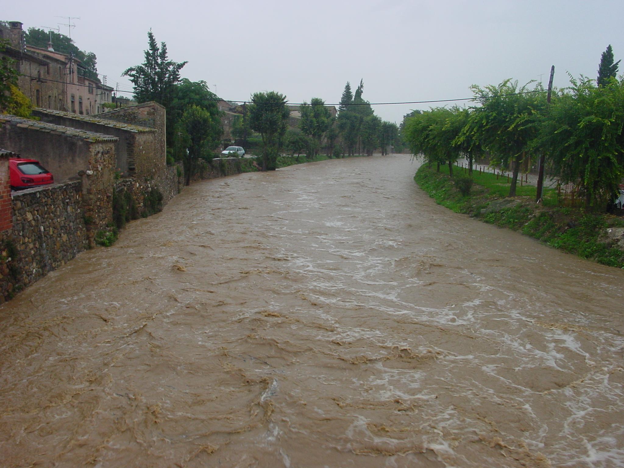 El rissec és un afluent del Daró i passa per diversos pobles. A la imatge es veu el Rissec ben ple passant per Monells. El Rissec és un
