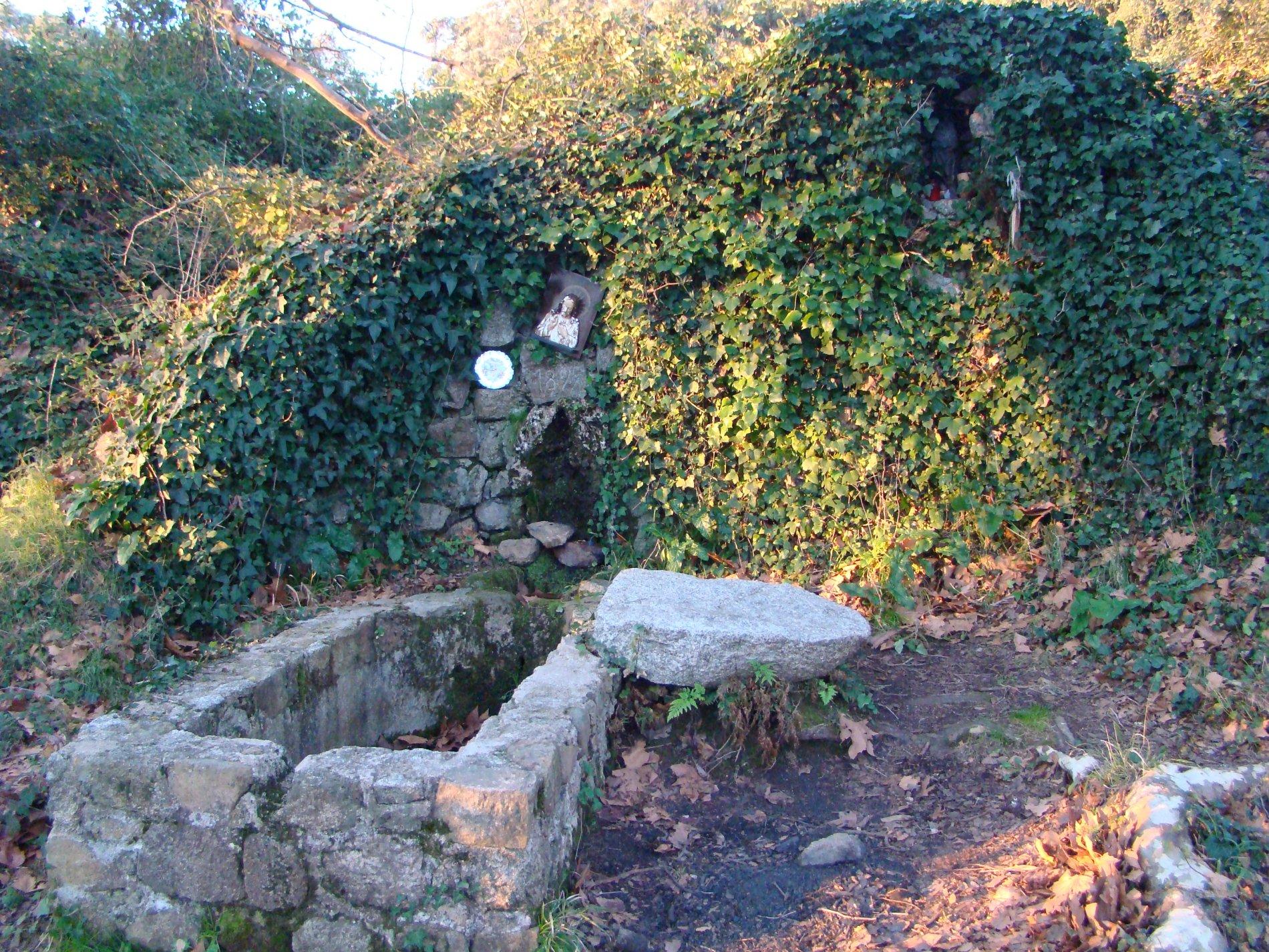 La font del Prat a Romanyà consta d'una paret de pedra d'on surt el broc d'aigua. Aquest es troba decorat amb les precipitacions de carbonat càlcic de la mateix aigua. A davant de la font hi ha un abeurador rectangular, construït amb pedra i morter.