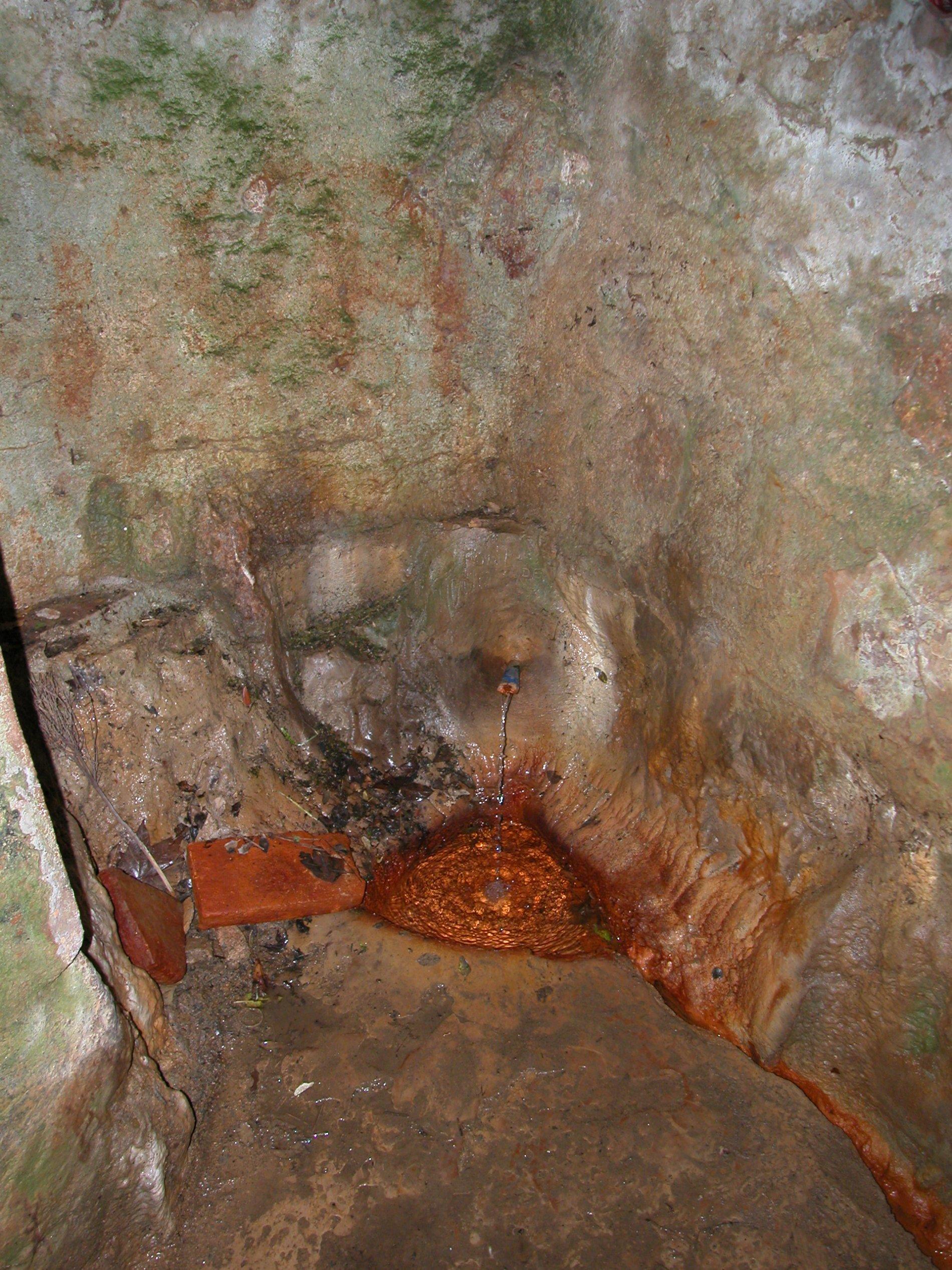 La Font de Penedes compte amb una edificació al seu voltant ja que es va intentar organitzar un negoci de vendre'n la seva aigua embotellada. L'estructura està en ruïna i no li otorga un aspecte molt agradable. La imatge és només del broc de la font sota del nivell de circulació on si que és interessant veure el precipitat groc de la seva aigua que tenyeix la part inferior de les parets i el bassal de sota el broc on s'acumula un xic d'aigua.