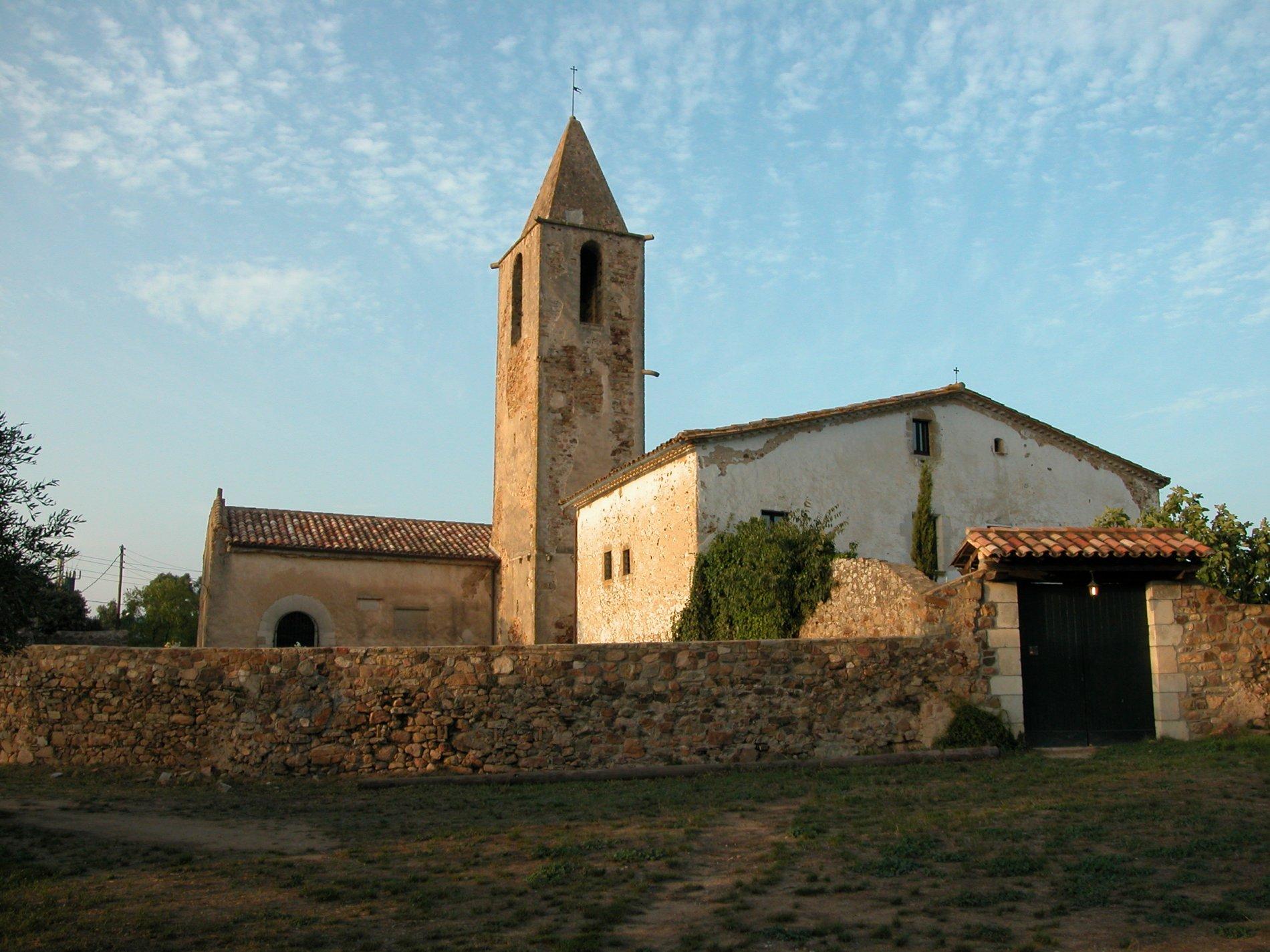 Antiga església parroquial de Sant Mateu de Montnegre. És un edifici d'origen medieval que s'ha reformat en moltes ocasions. A la fotografia podem distingir dos cosos units per una torre campanar.