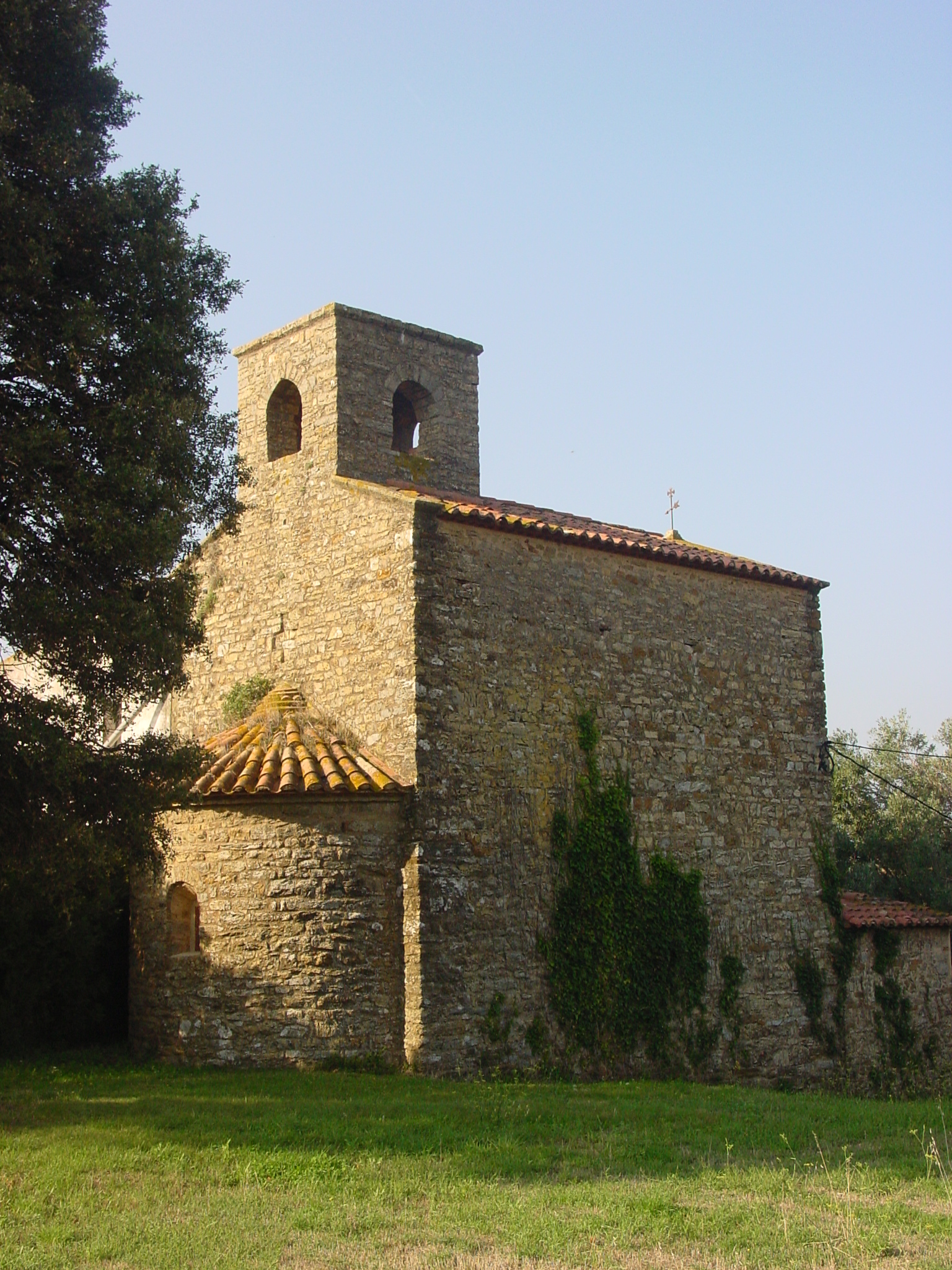 És una petita església de les Gavarres d'època romànica. Els seus orígens fou una simple capella dedicada a Santa Maria dins de la Parròquia de Sant Mateu de Montnegre. A la imatge es veu l'exterior de l'església per darrera. Denota el seu absis semicircular i la nau d'un sol cos cobert amb volta de canó. Al mig del transcepte hi ha el campanar.