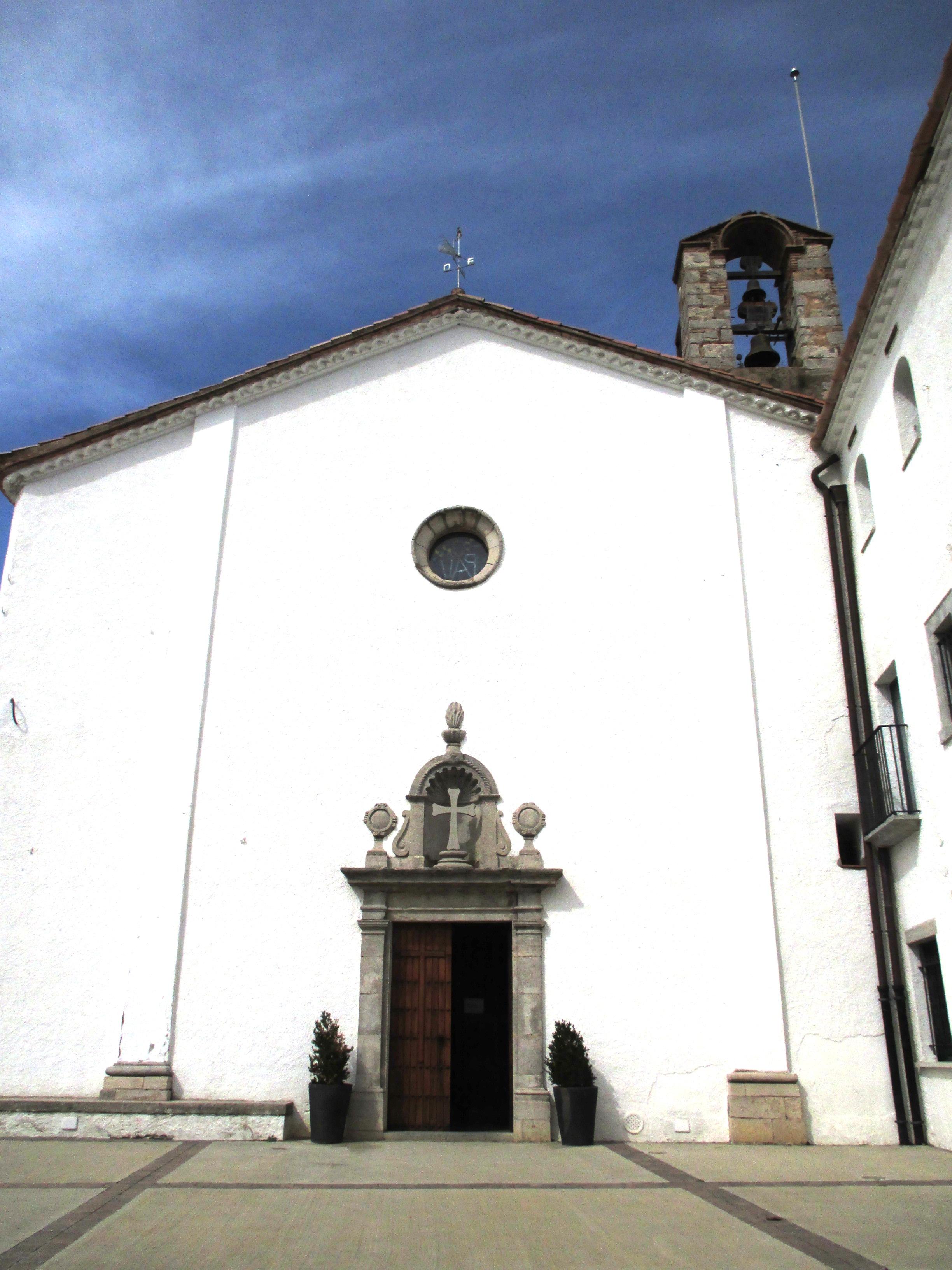 Dalt del cim anomenat Puig Alt, trobem el Santuari dels Àngels. El conjunt del santuari compta amb una església i una hostatgeria. És un dels llocs més populars de les Gavarres. A la imatge veiem la façana blanca de l'església. Amb la seva porta de pedra treballada amb motius neoclàssics i el rosetó. Al fons a la dreta veiem el campanar senzill d'espadanya.