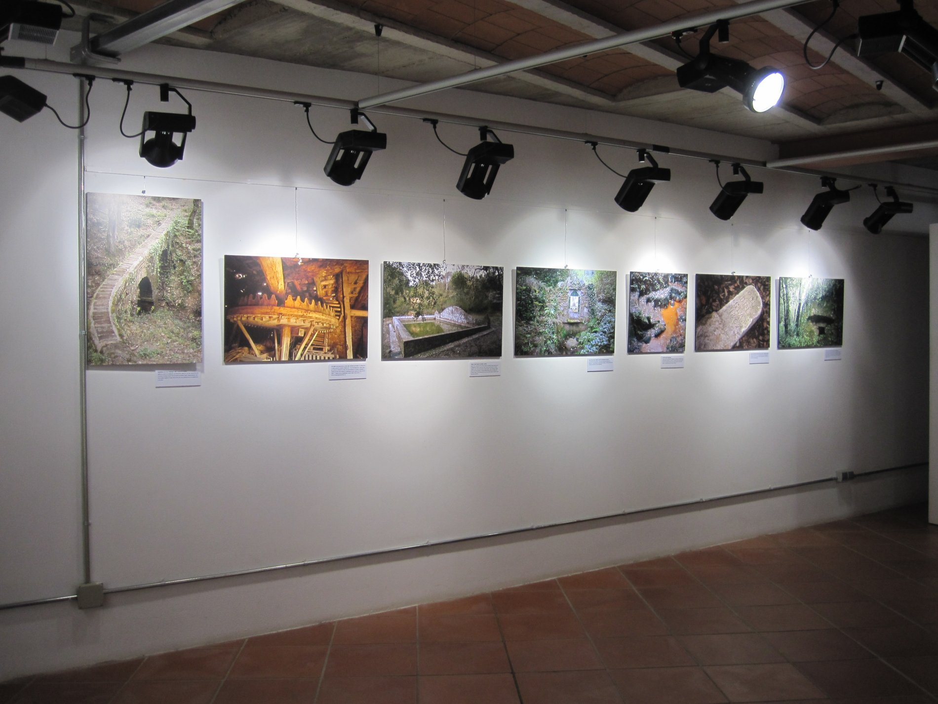Muntatge de l'exposició al voltant dels elements etnològics de les Gavarres, amb fotografies d'Ernest Costa.